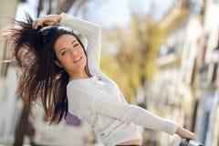 Ung kvinna med gröna ögon som flyttar hennes hår Royaltyfria Foton