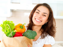 Ung kvinna med grönsaker Royaltyfri Fotografi