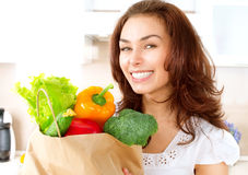 Ung kvinna med grönsaker Royaltyfria Foton