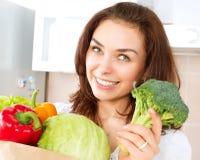 Ung kvinna med grönsaker Royaltyfri Foto