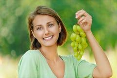 Ung kvinna med gruppen av druvor Royaltyfri Bild