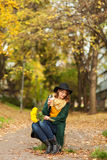 Ung kvinna med gruppen av gula blommor Royaltyfri Foto