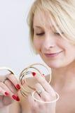 Ung kvinna med guld- armband royaltyfri foto