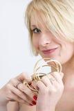 Ung kvinna med guld- armband arkivfoton