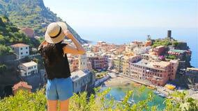 Ung kvinna med härlig sikt på den gamla byn i Cinque Terre, Liguria, Italien Europeisk italiensk semester lager videofilmer