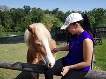 Ung kvinna med hästen royaltyfri fotografi
