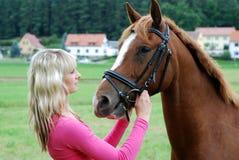 Ung kvinna med hästen Royaltyfri Bild