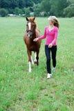 Ung kvinna med hästen Arkivfoto
