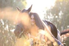 Ung kvinna med hästen royaltyfri foto