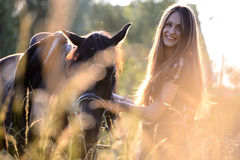 Ung kvinna med hästen royaltyfria bilder