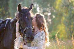 Ung kvinna med hästen arkivbild