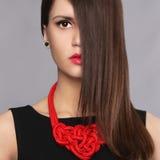 Ung kvinna med hår på framsidan Royaltyfria Bilder