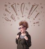 Ung kvinna med hårstil och hand dragit utroptecken Fotografering för Bildbyråer