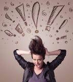 Ung kvinna med hårstil och hand dragit utroptecken Arkivfoton