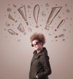 Ung kvinna med hårstil och hand dragit utroptecken Royaltyfri Foto