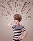 Ung kvinna med hårstil och hand dragit utroptecken Arkivbilder