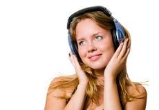 Ung kvinna med hörlurar Arkivbilder