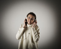 Ung kvinna med hörlurar Arkivfoto