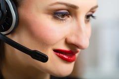 Ung kvinna med hörlurar med mikrofon Arkivbild
