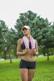 Ung kvinna med handduken efter sportaktivitet royaltyfri fotografi