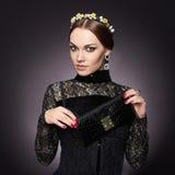 Ung kvinna med handväskan Royaltyfri Fotografi