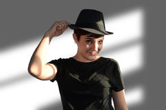Ung kvinna med hatten royaltyfria foton