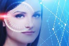 Ung kvinna med HUD man?verenheten, AI-begrepp royaltyfri bild