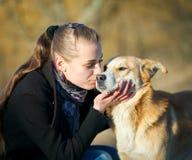 Ung kvinna med hunden Royaltyfri Fotografi