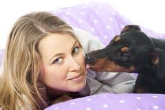 Ung kvinna med hunden royaltyfri bild