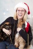 Ung kvinna med hunden och katten royaltyfria bilder
