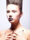 Ung kvinna med idérikt smink och coiffure Royaltyfri Fotografi
