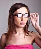 Ung kvinna med isoleted exponeringsglas Royaltyfri Fotografi