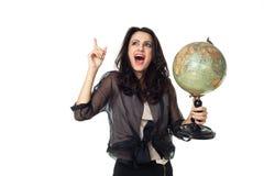 Ung kvinna med jordklotet på isolerad bakgrund arkivbild