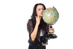 Ung kvinna med jordklotet på isolerad bakgrund Arkivbilder