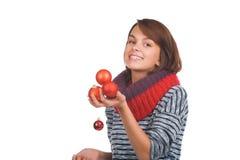 Ung kvinna med julbollen Arkivbild