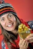Ung kvinna med julklappasken Arkivfoton