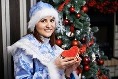 Ung kvinna med jungfrun för juldräktSnow Royaltyfria Foton