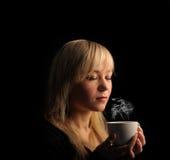 Ung kvinna med kaffe Arkivbilder