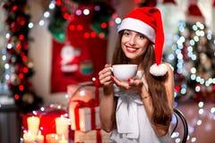 Ung kvinna med kaffekoppen på jul royaltyfria foton