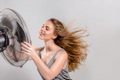 Ung kvinna med kallare fan arkivfoton