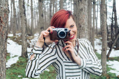 Ung kvinna med kameran i natur Royaltyfria Foton