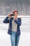 Ung kvinna med kameran i natur Arkivfoton