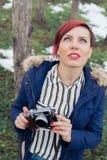 Ung kvinna med kameran i natur Fotografering för Bildbyråer