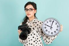 Ung kvinna med kameran och klockor Arkivbilder