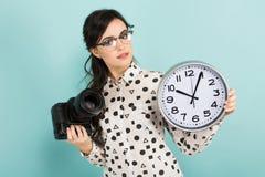 Ung kvinna med kameran och klockor Royaltyfria Foton
