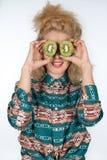Ung kvinna med kiwifruiten royaltyfri bild