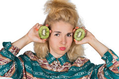 Ung kvinna med kiwifruiten Arkivbilder