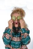 Ung kvinna med kiwifruiten royaltyfri foto