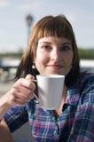 Ung kvinna med koppen Fotografering för Bildbyråer