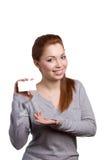 Ung kvinna med kreditkorten royaltyfria bilder